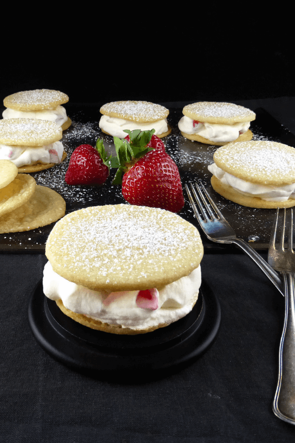 Spelt Vanilla Shortbread Cookies with Strawberries & Cream